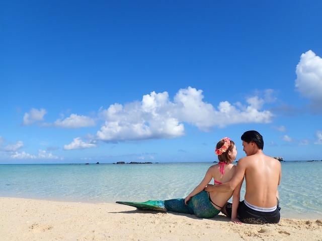 幻の島浜島で記念撮影する女性たち