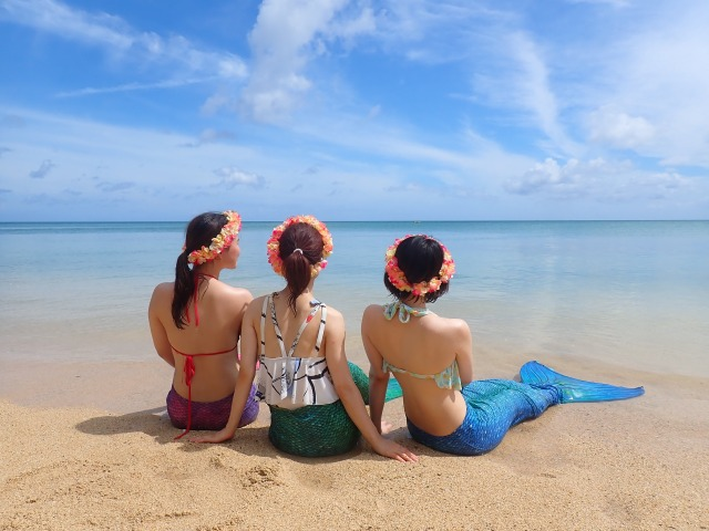 幻の島で撮影する女性たち