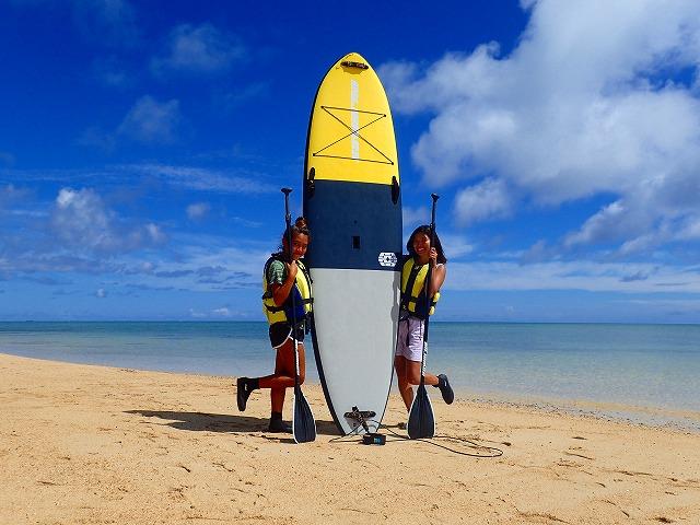 小浜島のビーチでSUPの準備