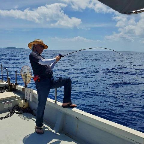 西表島で大物を釣る男性