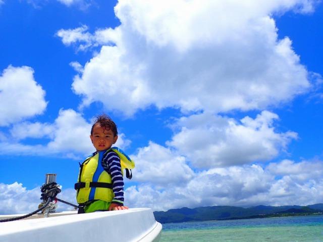 バラス島に上陸する船
