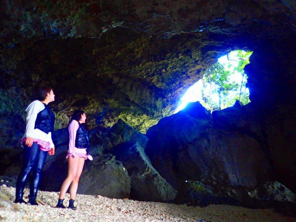 洞窟内部を探検する参加者