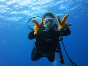 石垣島で体験ダイビングを楽しむ女性