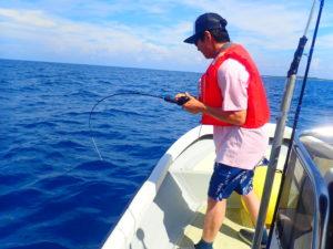 西表島の釣りツアーで釣りを楽しむ人