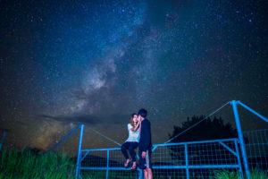 石垣島の満天の星空の下カップルで撮影