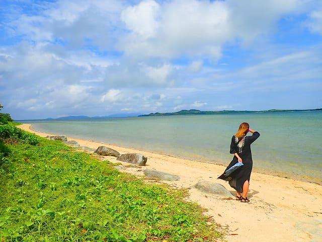 西表島の耳切の浜で休憩中の女性
