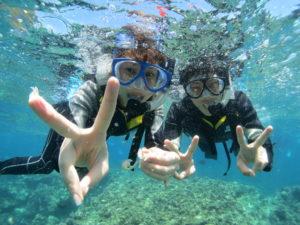 沖縄の透明度抜群の海でシュノーケリング