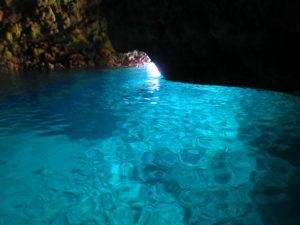 沖縄の秘境地にある青の洞窟