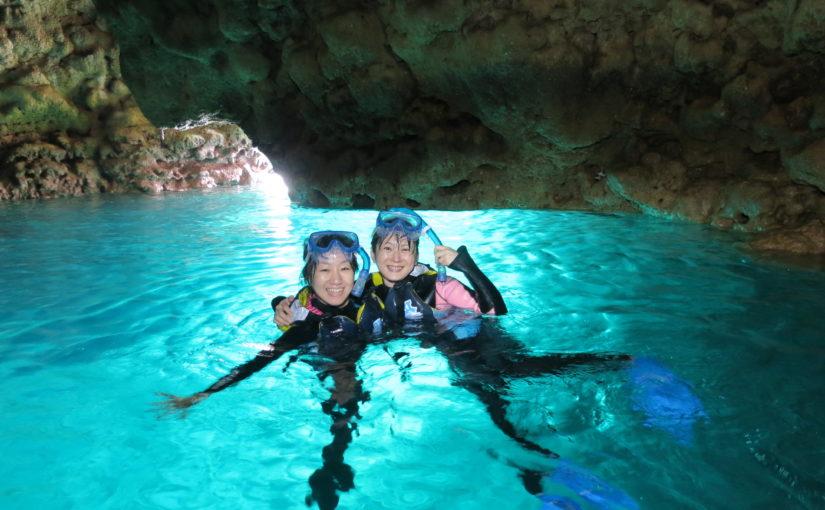沖縄の青の洞窟でシュノーケリングを友達と楽しむ