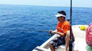 沖縄で釣りを楽しむ男性