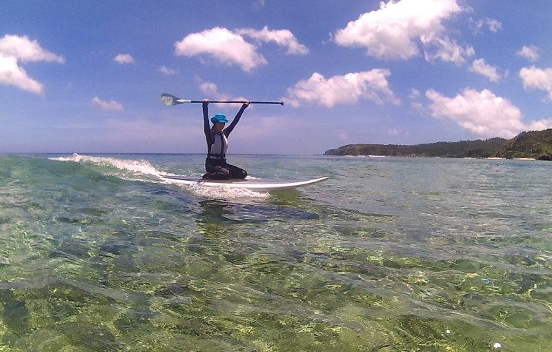 沖縄の国頭村の海でSUPクルージングする