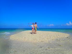 西表島近くのバラス島に上陸する人達