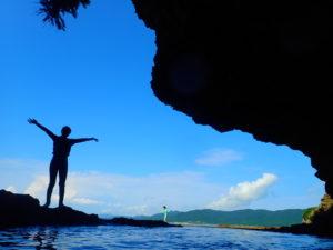 石垣島の青の洞窟前でポーズ