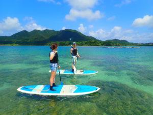 石垣島の川平湾でsupクルーズを楽しむカップル