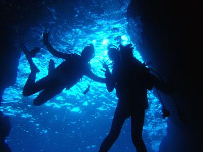 沖縄の青の洞窟では神秘的な青の世界に包まれる