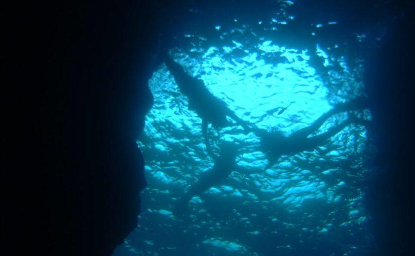 沖縄の青の洞窟でシュノーケリングしながら手をつなぐ