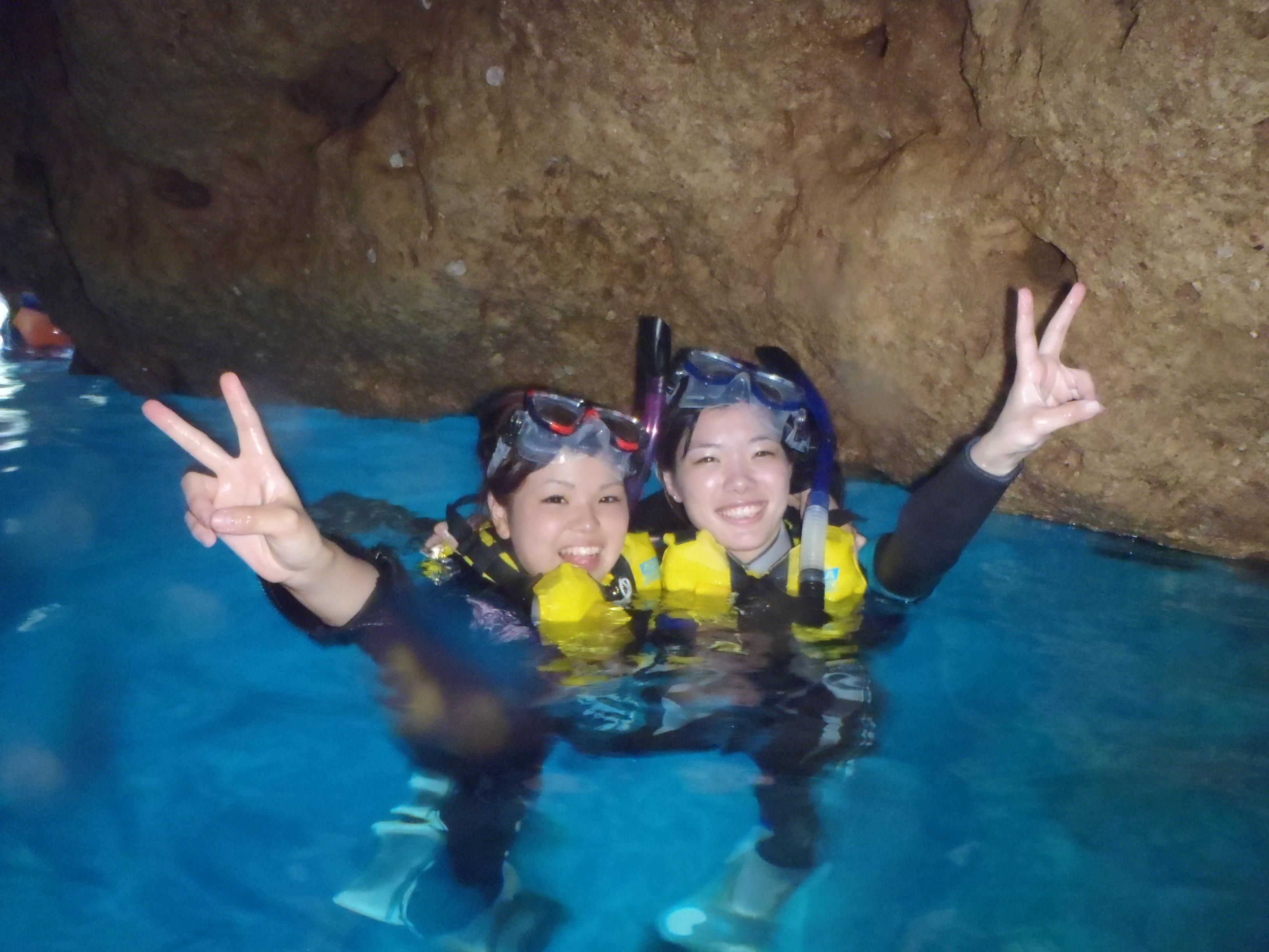 沖縄の青の洞窟でシュノーケリングツアーに友達と参加する