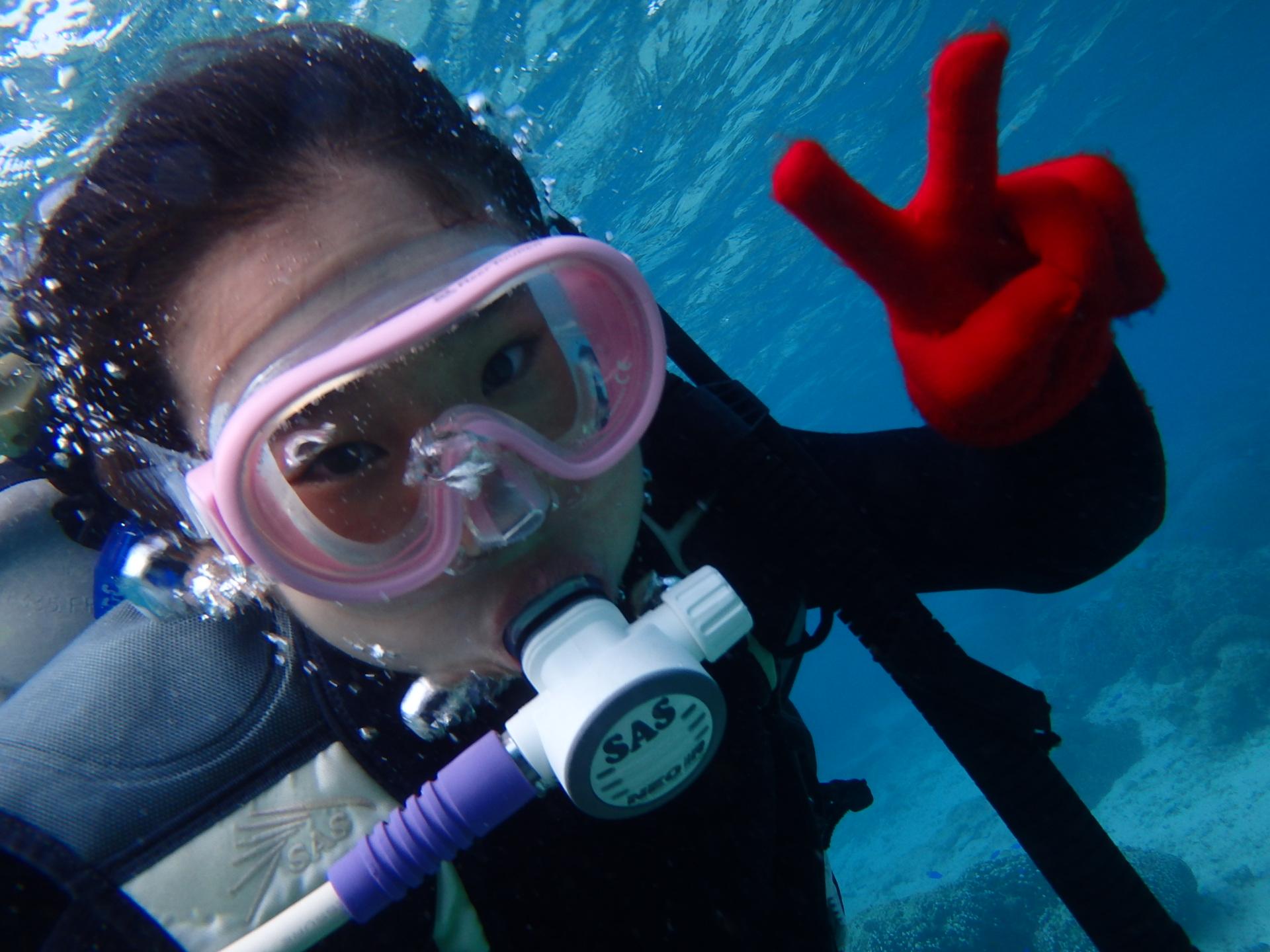 沖縄の真栄田岬の海でダイビングする子ども