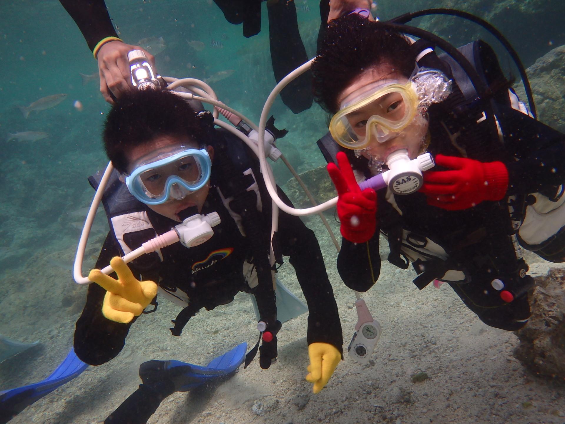 沖縄の真栄田岬の海でキッズダイビングツアーに参加する