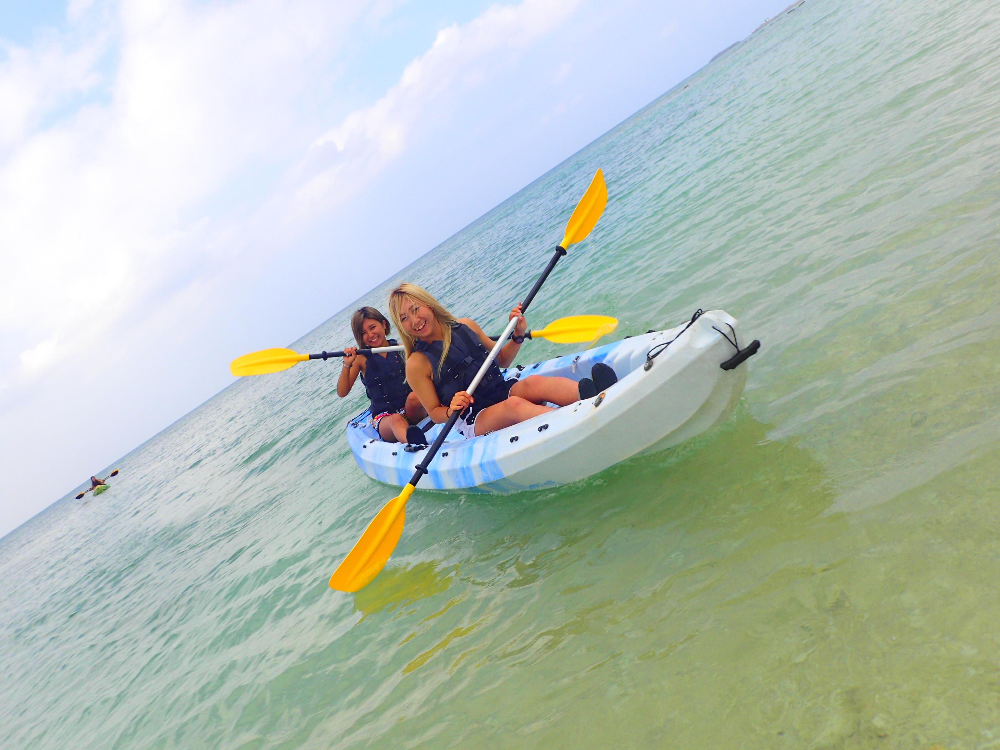 沖縄の読谷村の海をシーカヤックで進む