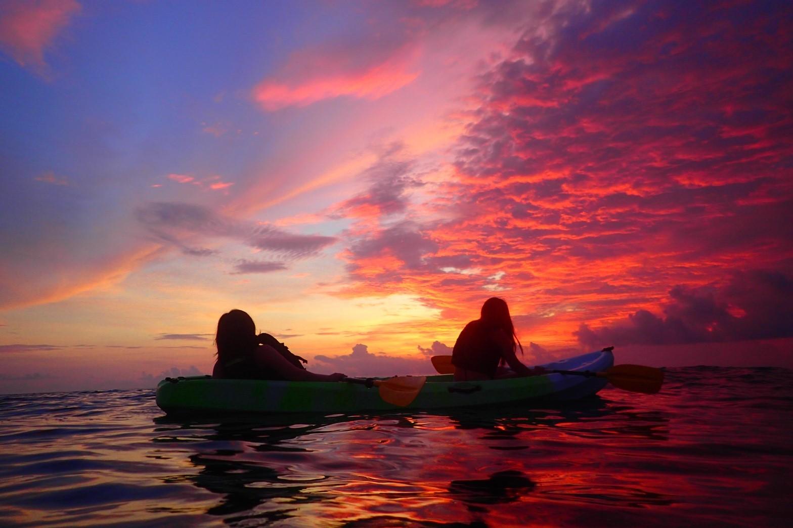 沖縄の読谷村で夕暮れの中をシーカヤックで進む