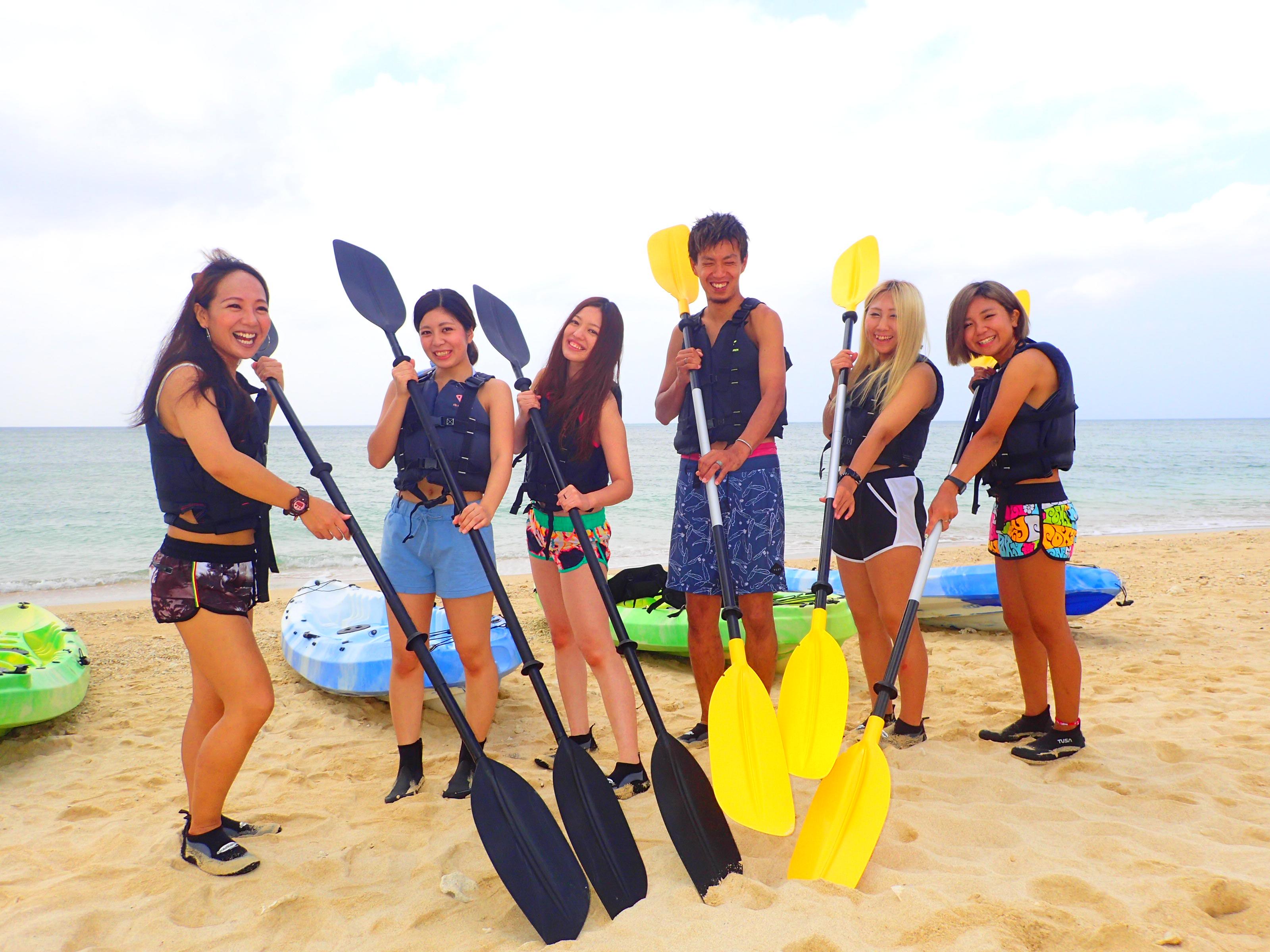沖縄の読谷村でシーカヤックツアー前に浜辺で写真撮影