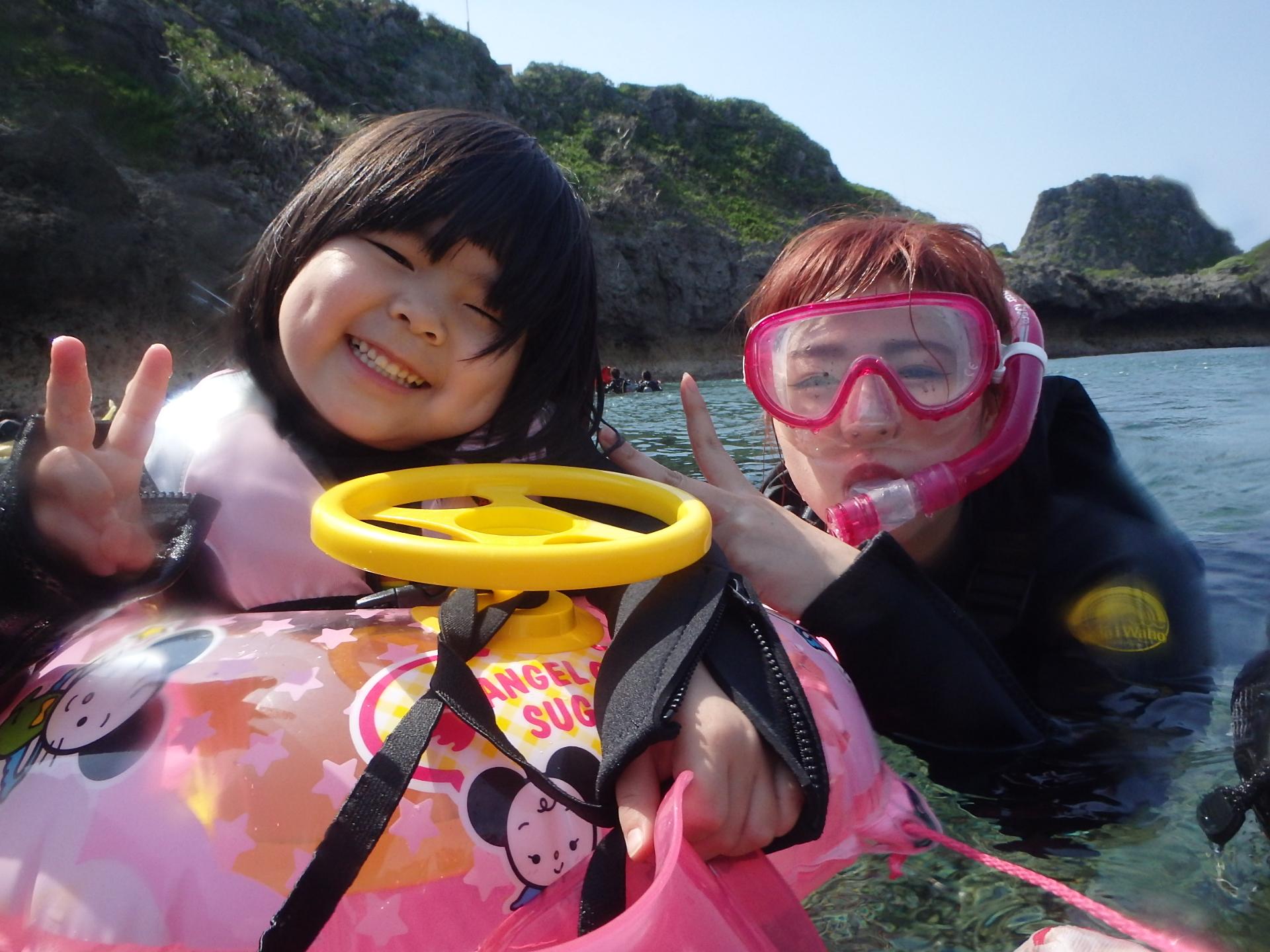 沖縄の青の洞窟でシュノーケリングツアーに参加する子ども