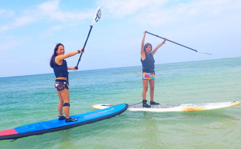 沖縄の読谷村でSUPを楽しむ女の子