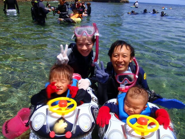 沖縄のシュノーケリングツアーを楽しむ親子