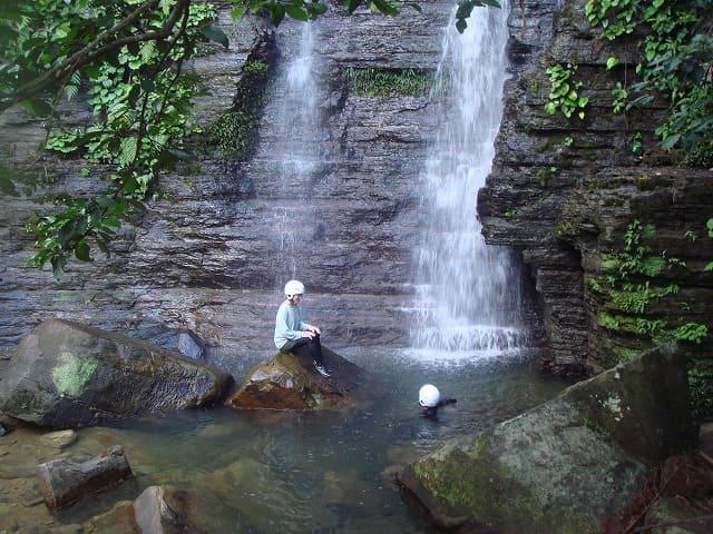 滝に当たる女性