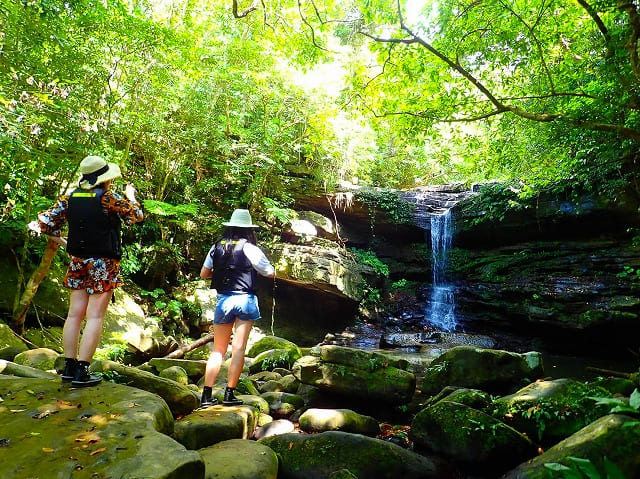 クーラの滝を撮影する女子旅