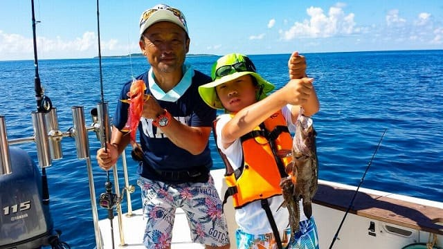 魚をつる親子