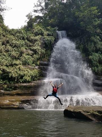 ナーラの滝つぼで水浴びをする男性