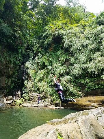 ナーラの滝つぼへダイブ