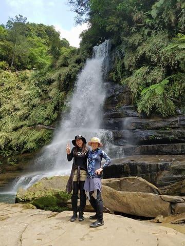 ナーラの滝の前でポーズをする女性たち