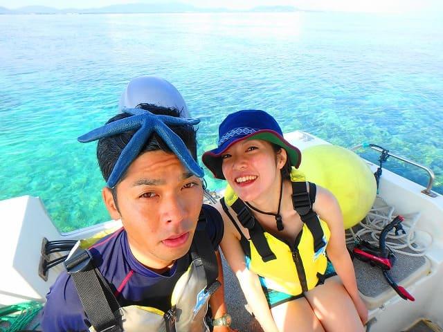 パナリ島に向かうカップル