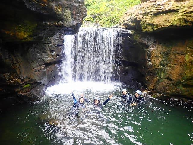 大見謝の滝で水浴び