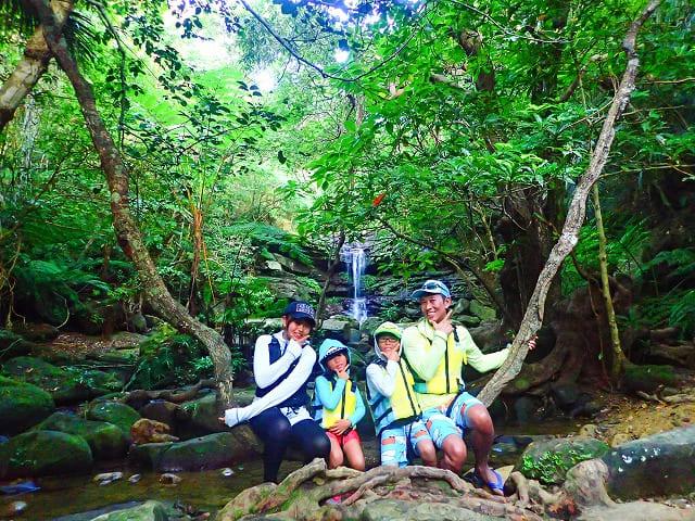 クーラの滝を背景に家族で記念撮影