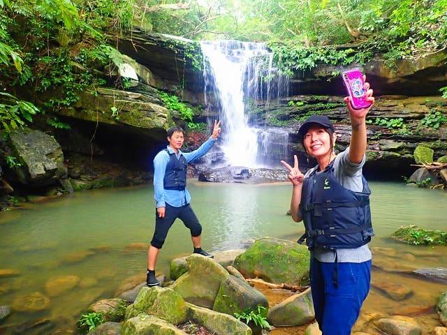 クーラの滝で記念撮影するカップル
