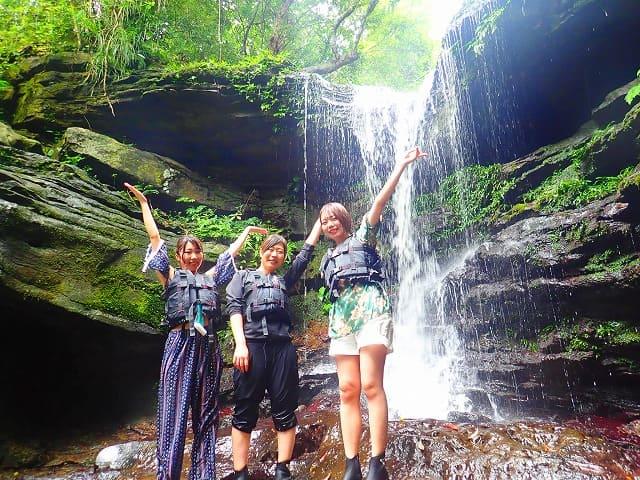 クーラの滝で水浴び