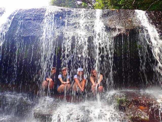 サンガラの滝裏で記念撮影