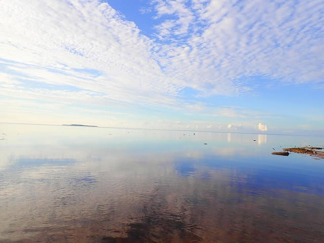 鏡のように映る朝の海