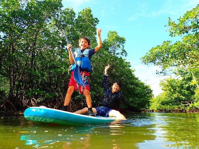 西表島クーラ川SUPマングローブクルージングを体験中のお子様