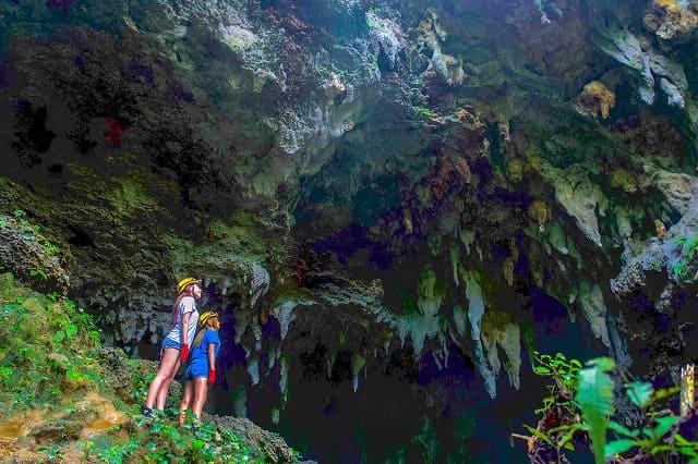 西表島の鍾乳洞ケイビング体験