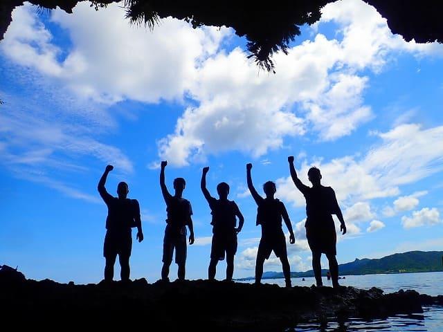 青の洞窟の前で記念撮影