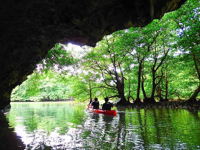 宮良川の洞窟周辺でのカヤック