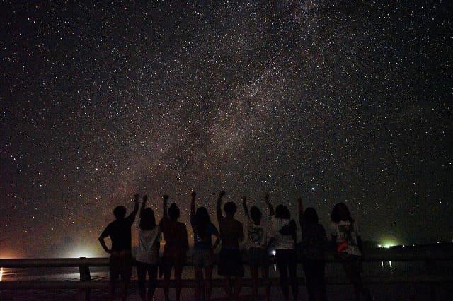 宮古島の満天の星空をバックに記念撮影