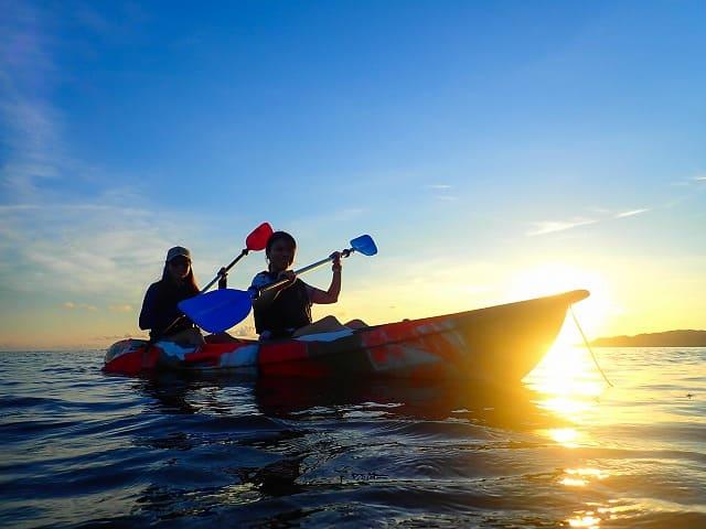 カップルで夕日を見ながらカヌー体験