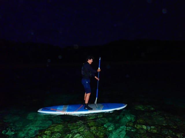 宮古島でナイトSUPを体験する男性