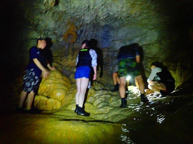 洞窟内部を記念撮影